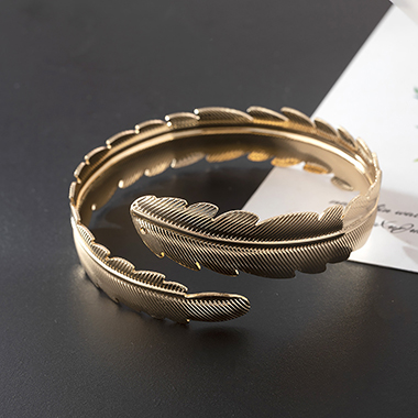 Gold Metal Wide Leaves Decorated Arm Ring