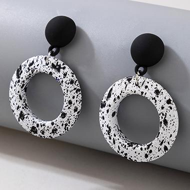 Ring Shape Contrast White Earring Set